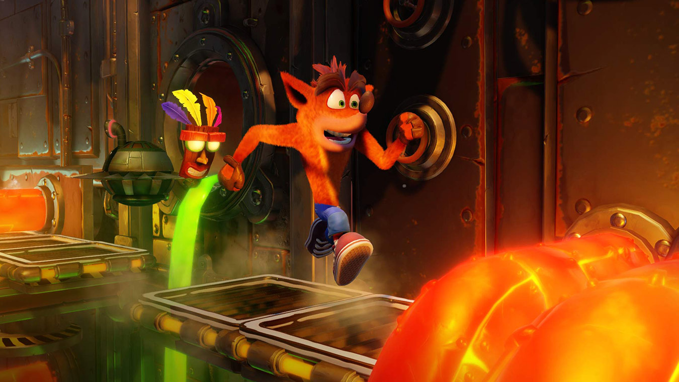 Crash Bandicoot en Aku Aku rennen over een platform in een fabriek