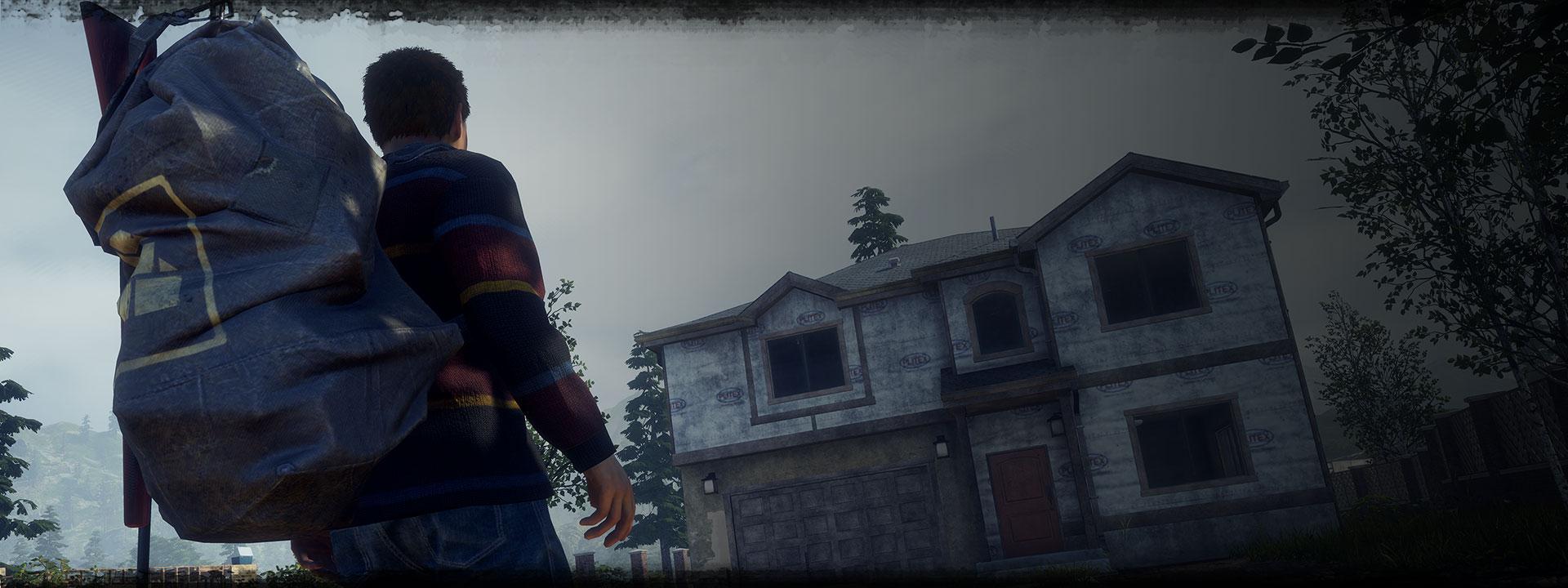 Χαρακτήρας από το State of Decay 2: Ο Juggernaut πλησιάζει σε ένα σπίτι με ένα μεγάλο σακίδιο