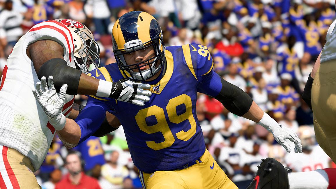 El jugador de los Rams, Aaron Donald, vestido de azul marino y dorado