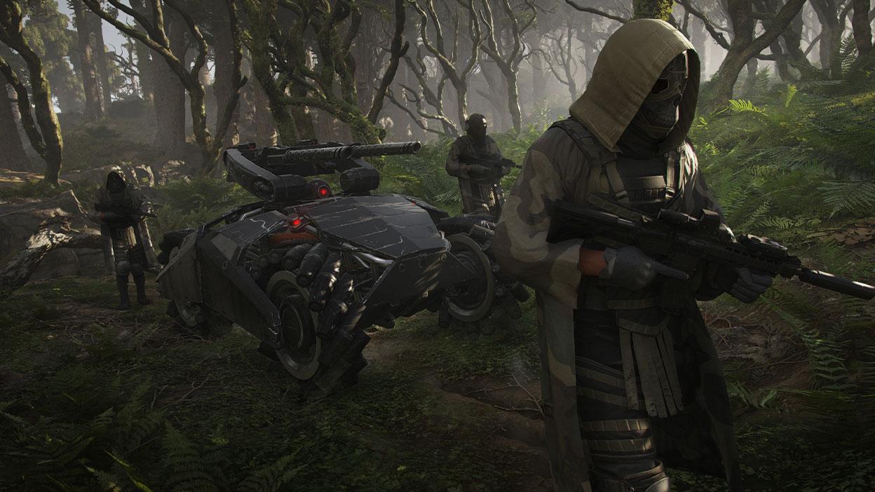 Trois personnages portant des masques et des armes escortant un imposant véhicule militaire