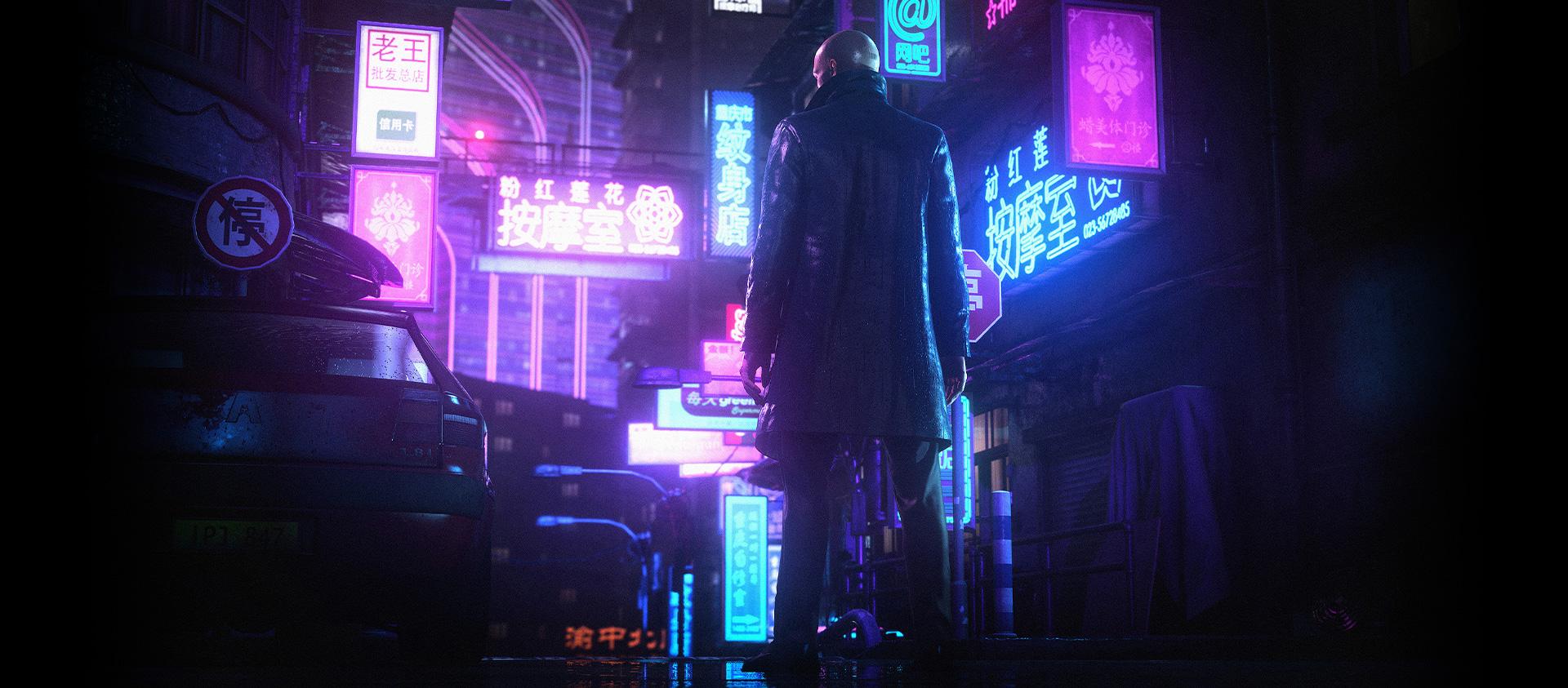 Personnage HITMAN3 regardant une rue remplie de lumières au néon