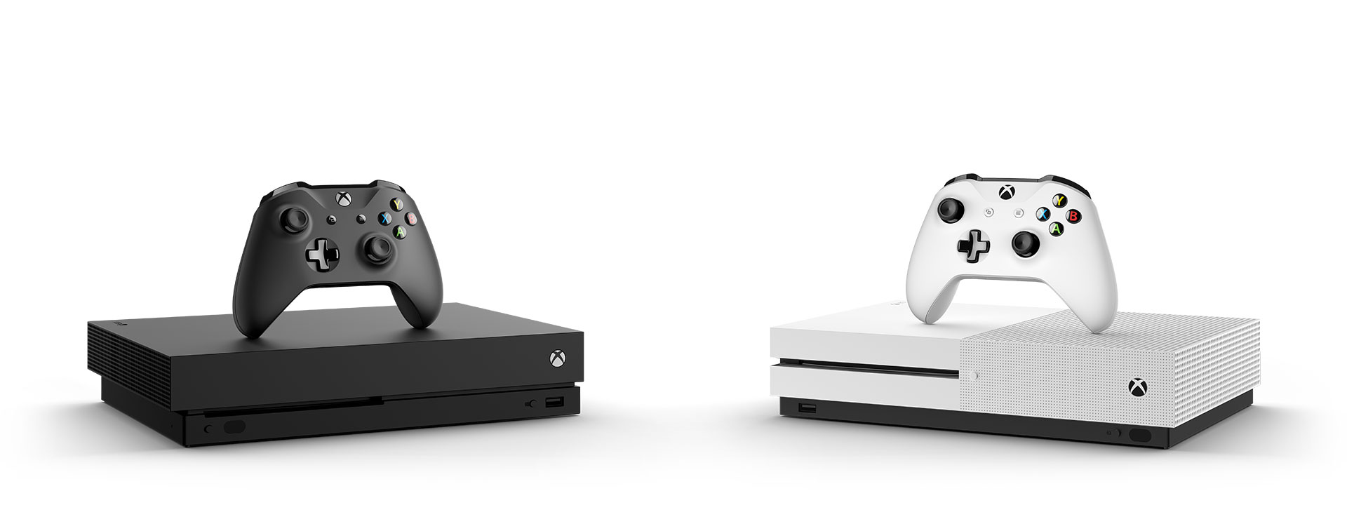 Mustavalkoiset Xbox One -konsolit, joiden päällä on mustat ja valkoiset ohjaimet