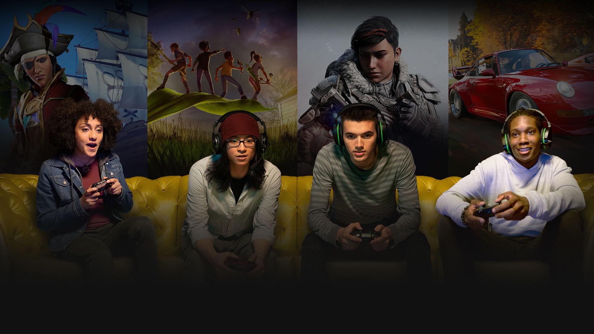 Fire gamere sidder på en guldsofa med en kollage af scener fra Xbox-spil bag sig, inkl. Gears 5 og Grounded