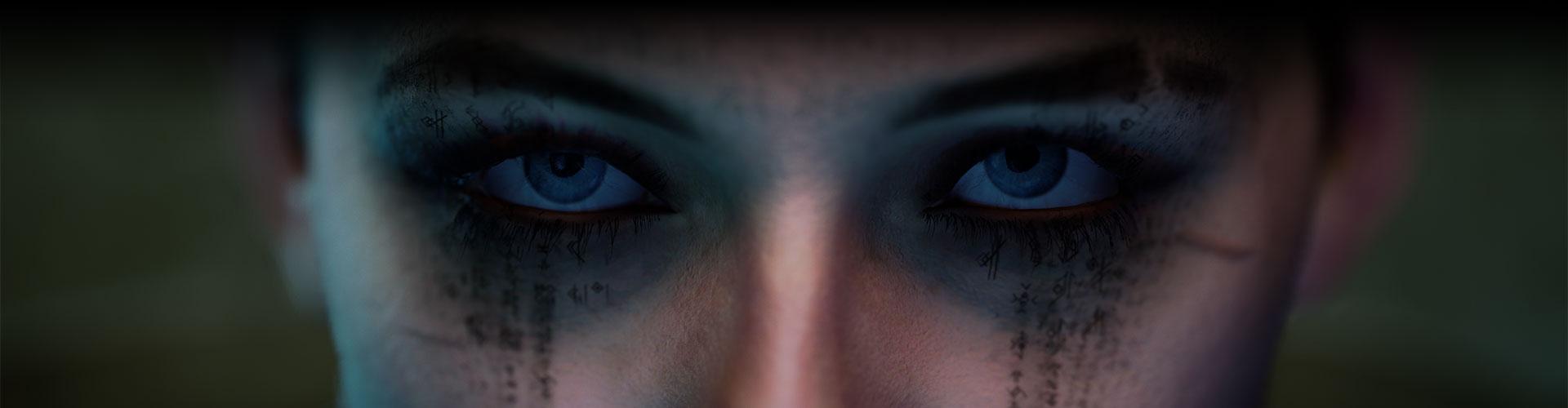 Η Nara κοιτάζει μπροστά με μαύρες μουτζούρες γύρω από τα μάτια της.
