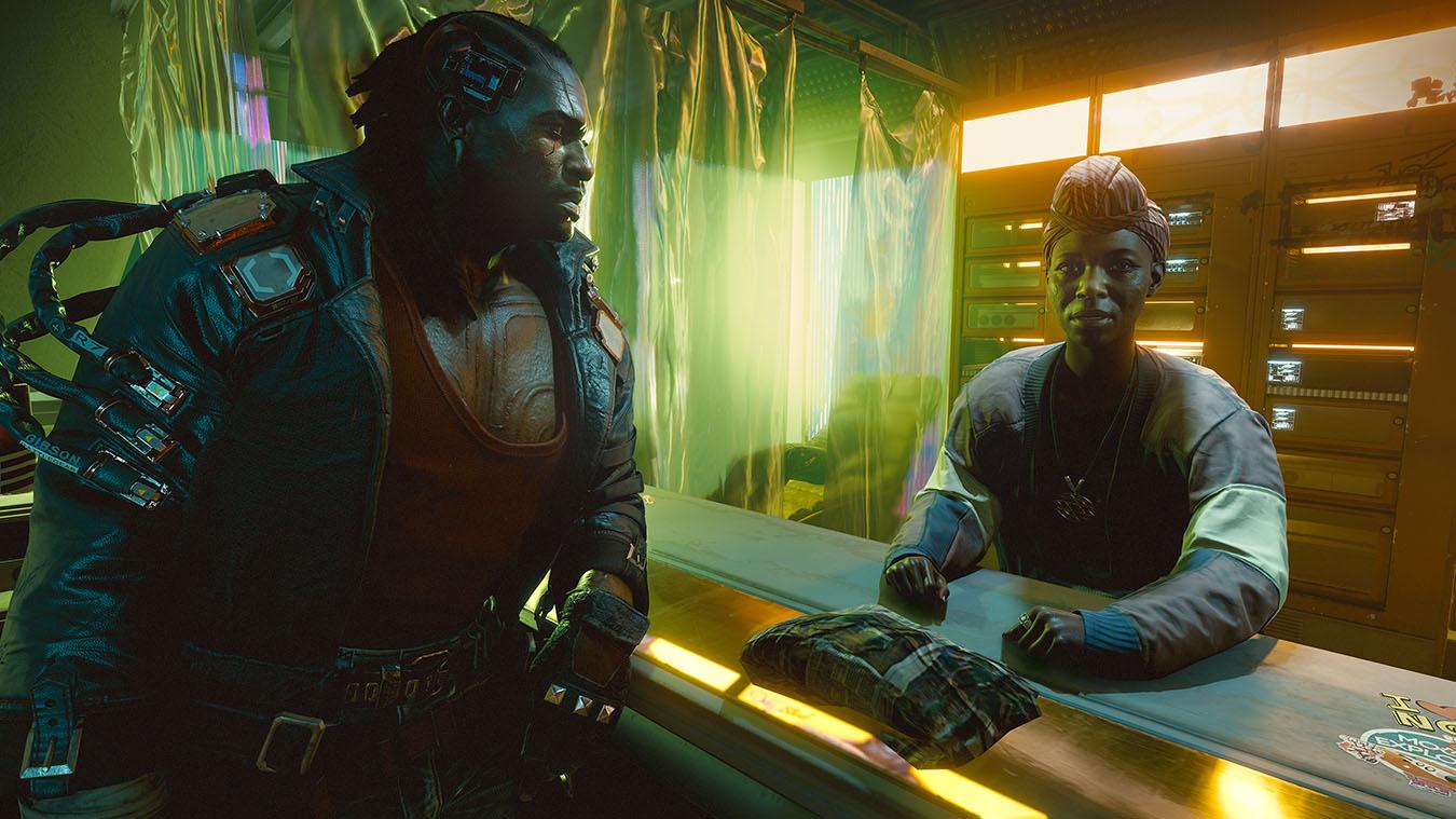 Un cíborg apoyado en un mostrador con una mujer al otro lado