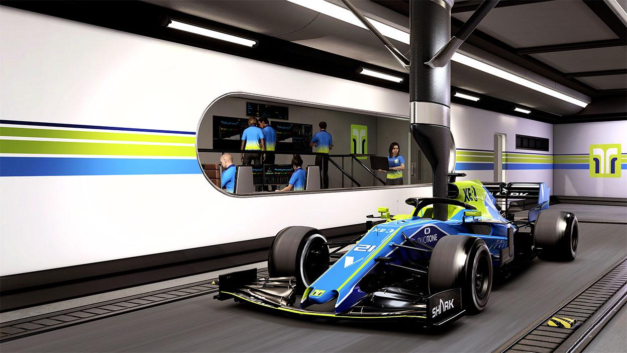 Ein Rennwagen parkt in einer Garage, während ein Team im Geräteraum arbeitet.