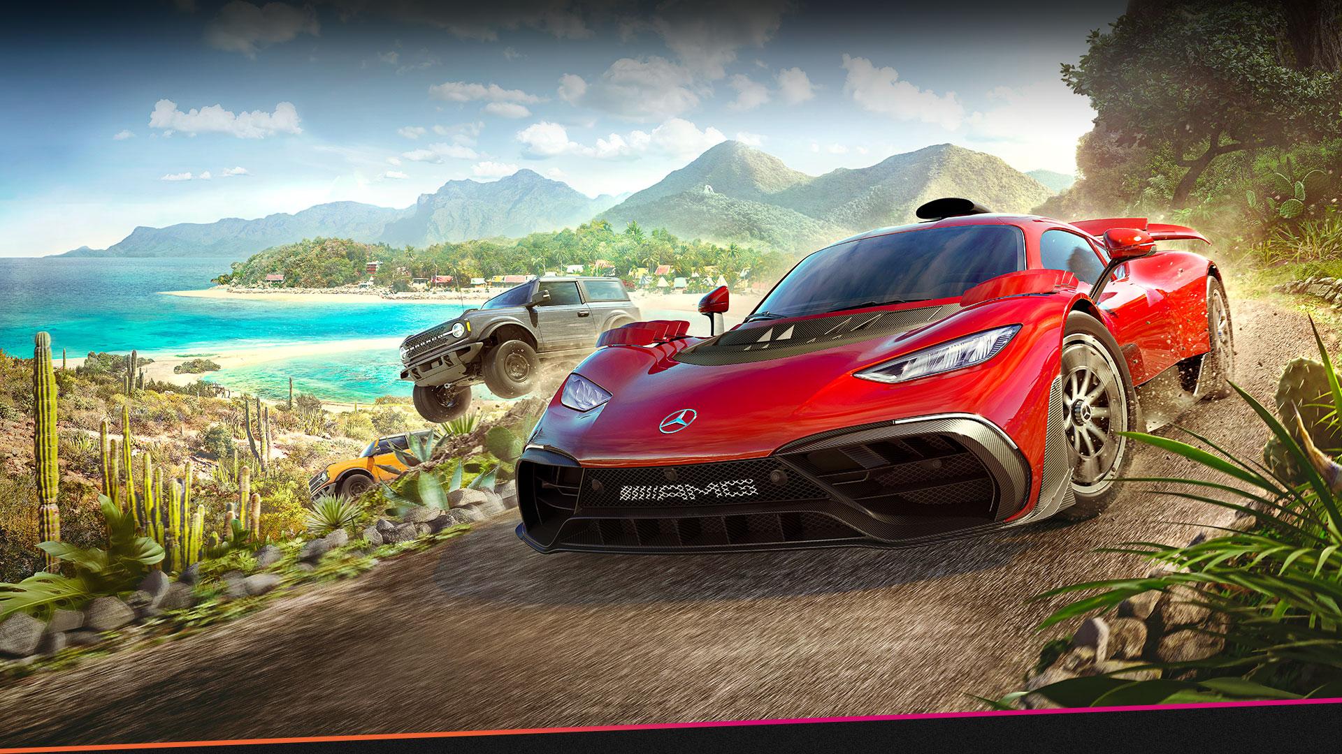 Forza Horizon 5에 나오는 자동차들이 물과 많은 식물을 끼고 비포장 도로를 빠르게 달립니다.