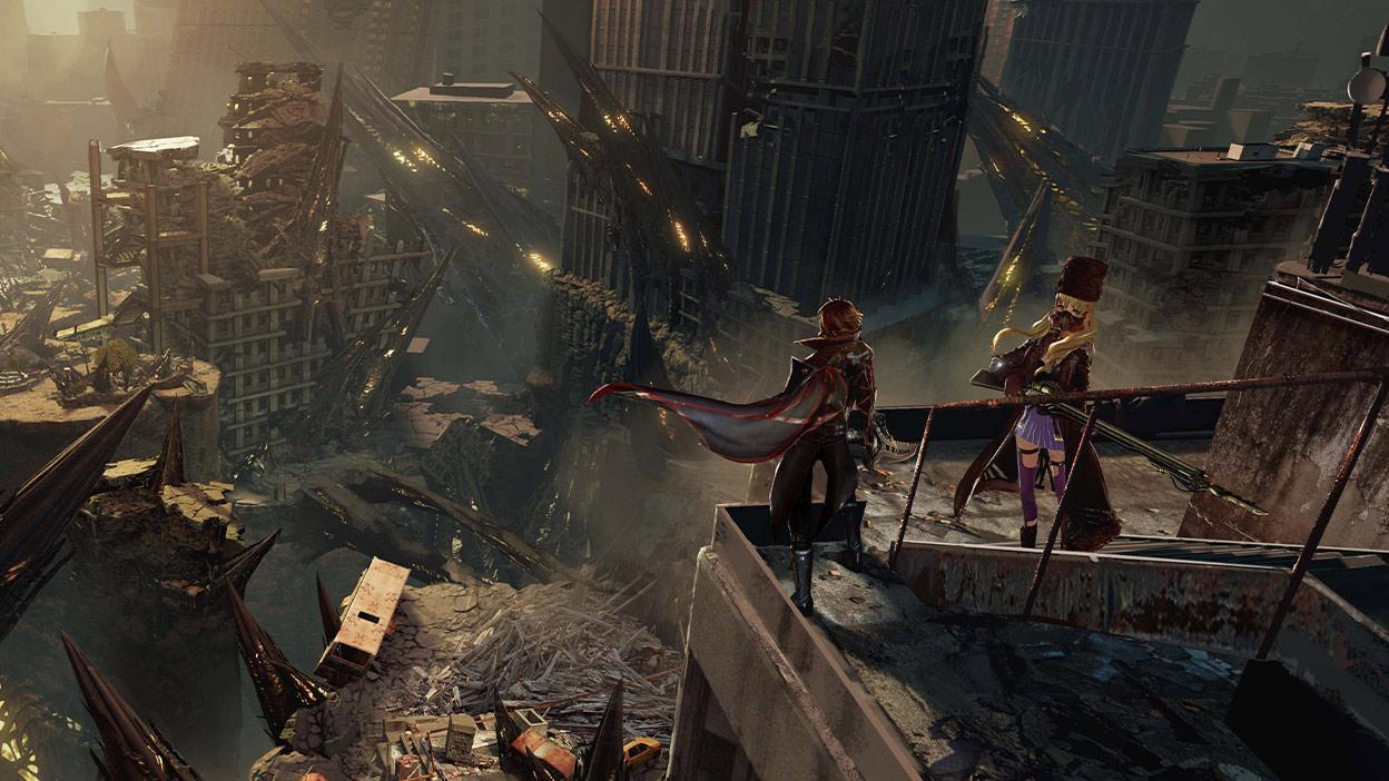 Personnages de Code Vein sur un toit regardant vers le bas sur une ville décimée.