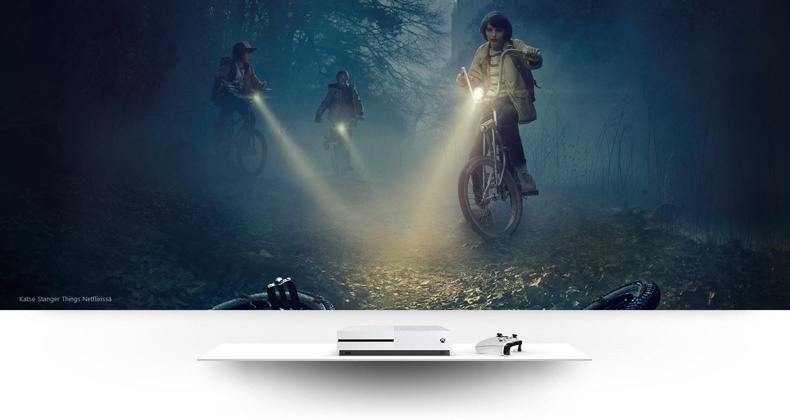 Xbox One S ja kuva Stranger Things -sarjan lapsista polkupyörien satulassa