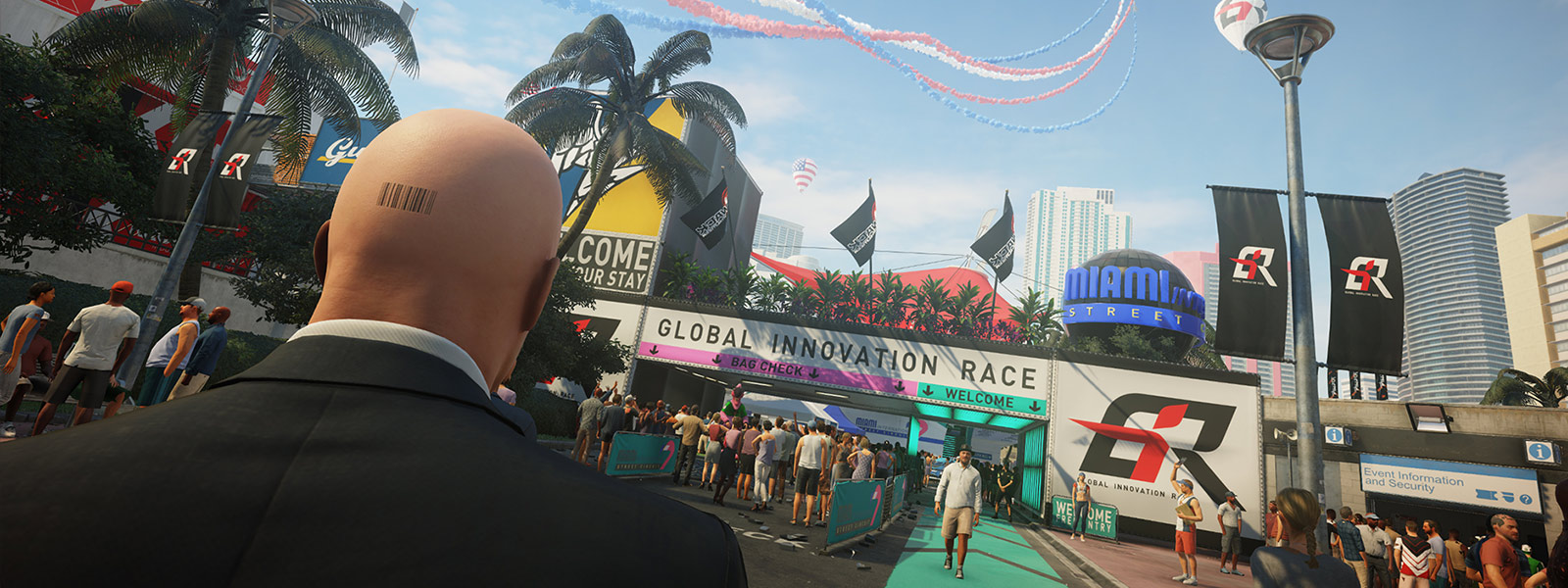 Agent 47 set bagfra, mens han står i et befolket område ved indgangen til et racerløb i Miami