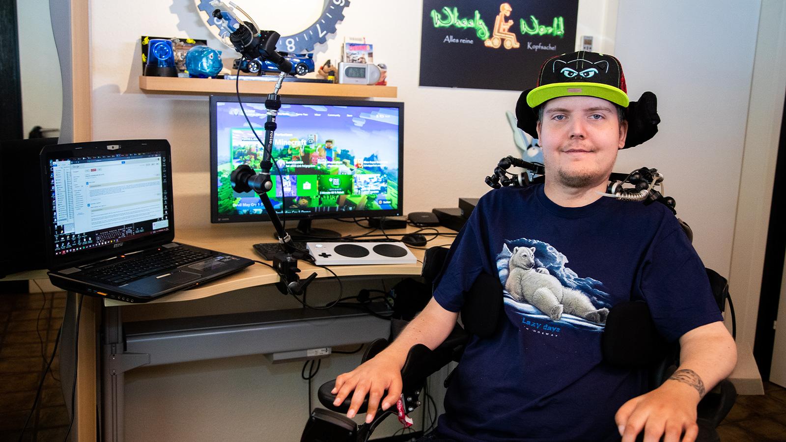 Xbox-Gamer vor seinem benutzerdefinierten Gaming-Setup mit Xbox Adaptive Controller