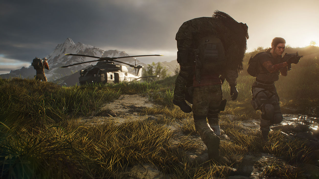 Personnage portant une autre personne sur ses épaules vers un hélicoptère tandis que deux autres personnages montent la garde