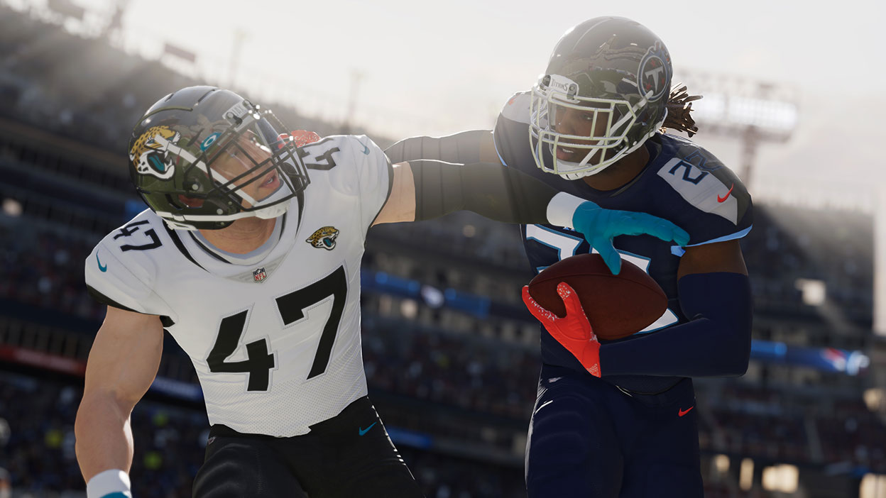 Derrick Henry rechaza con el brazo a un defensor de los Jaguars.