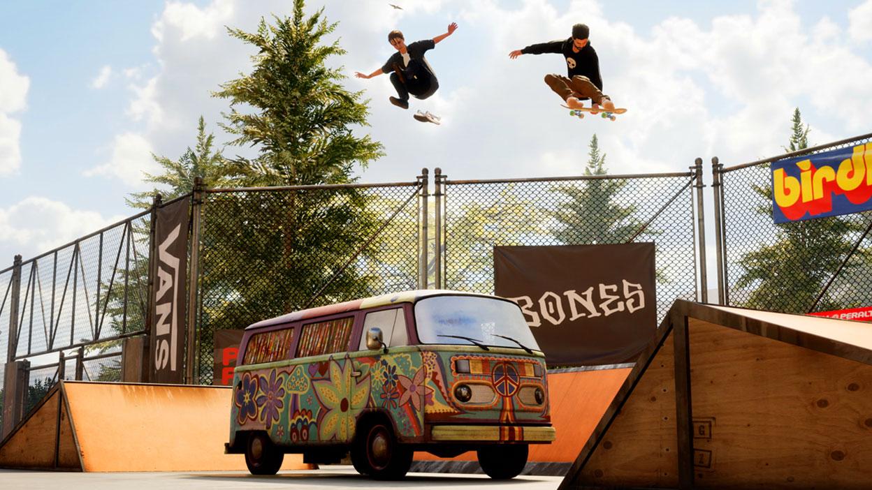 Dos skaters saltan sobre una vieja furgoneta Volkswagen.