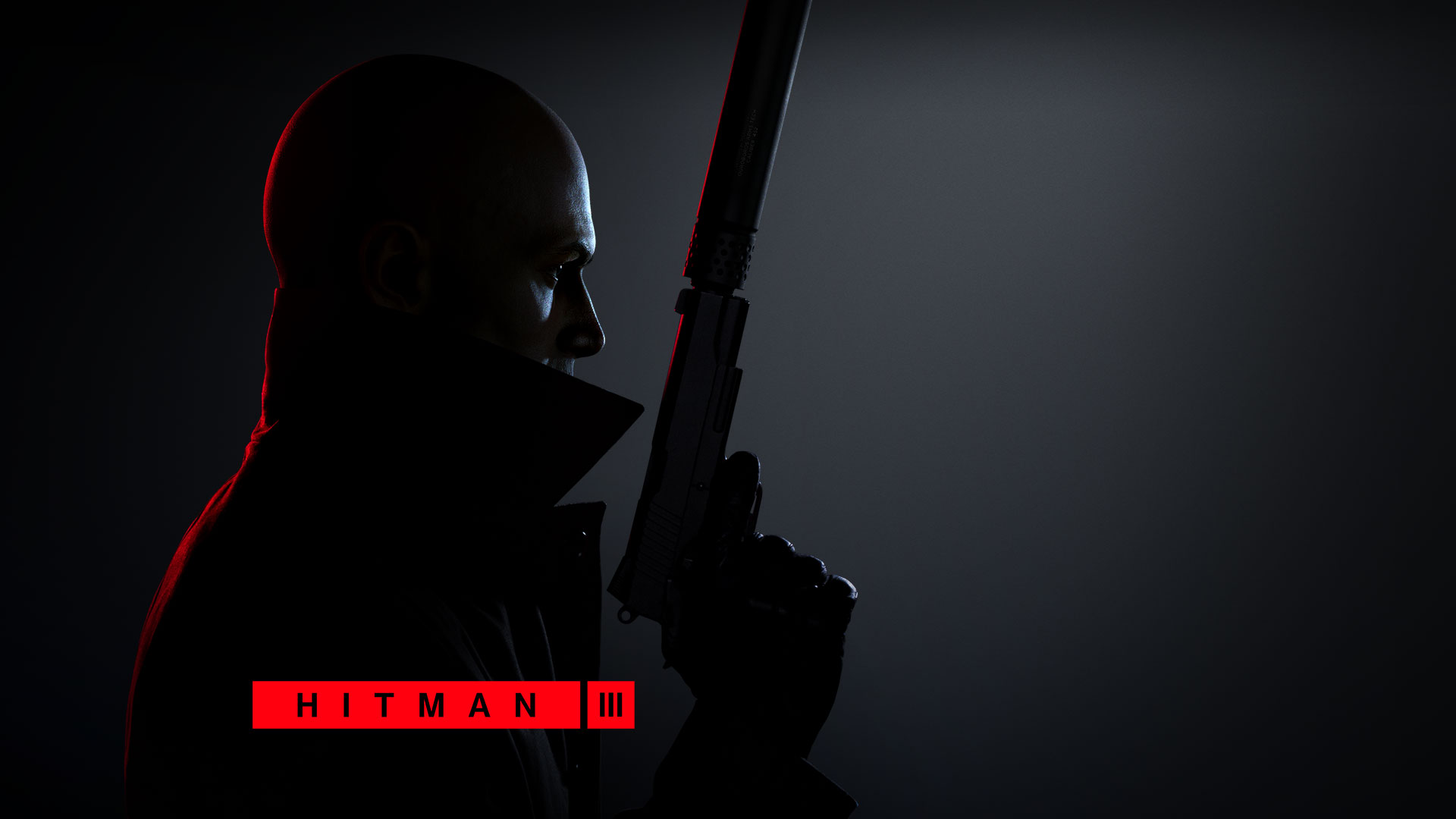 Hitman 3, Susturuculu bir tabanca tutan Agent 47'nin yandan görünümü