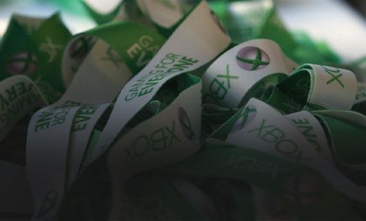 一堆綠色和白色的 Xbox 繫繩