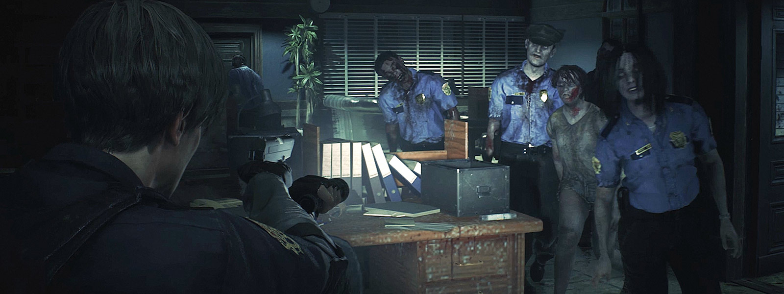 En gruppe zombier går mot Leon Kennedy i et kontor på en politistasjon