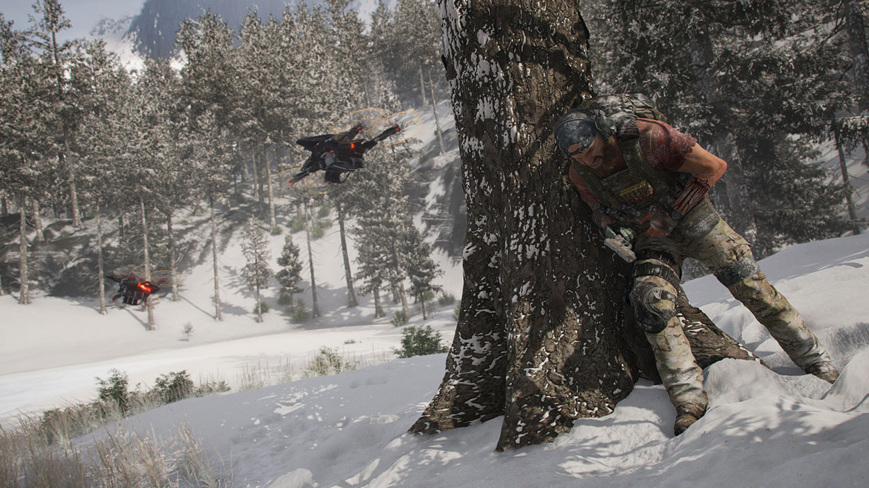 Uma personagem com equipamento militar escondida atrás de uma árvore com dois drones numa paisagem nevosa