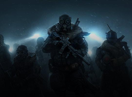 Vooraanzicht van wintersoldaten die 's nachts in de sneeuw lopen