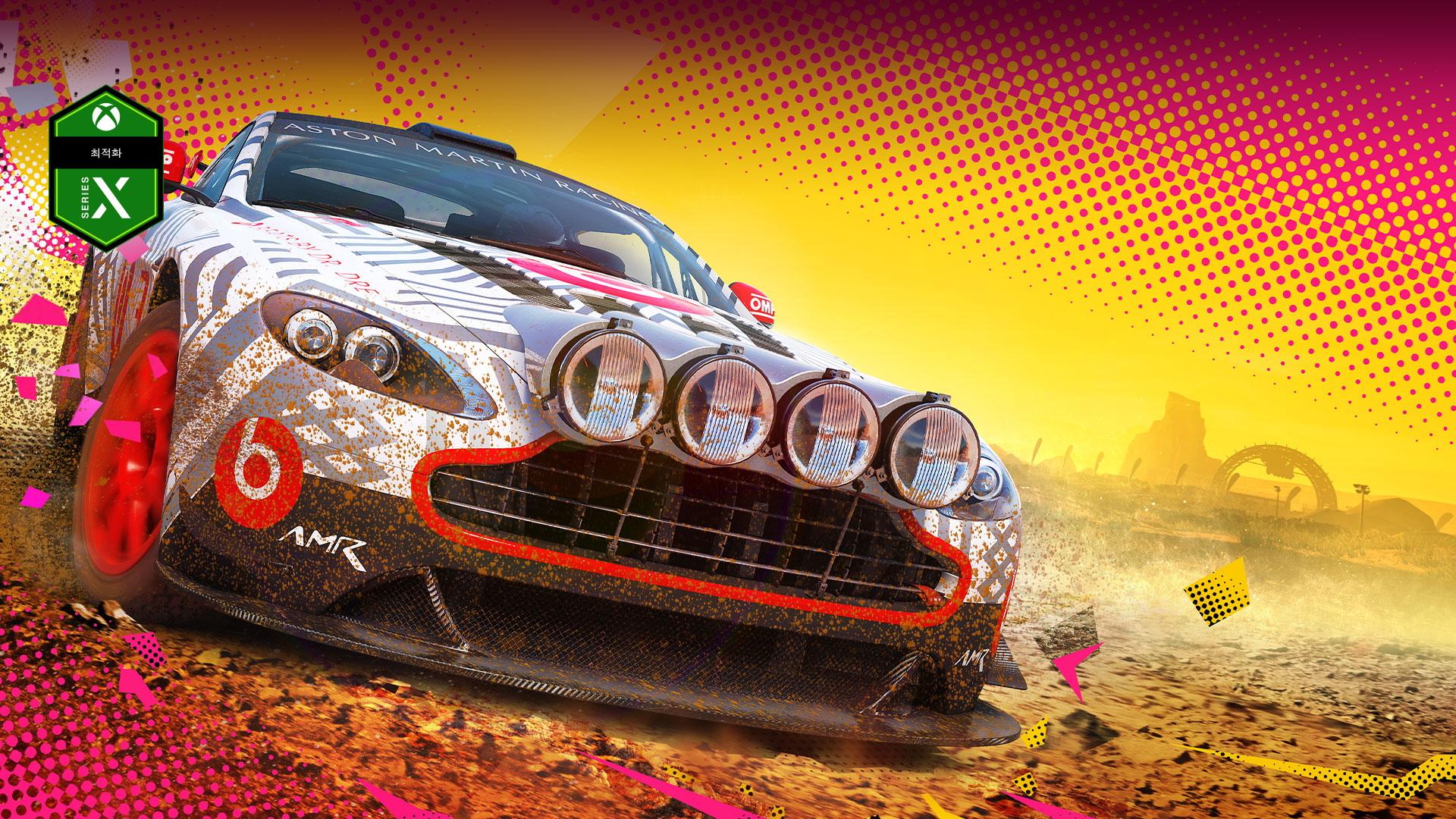 Series X 최적화 로고, 노란색과 분홍색 배경의 진흙 속에 있는 자동차