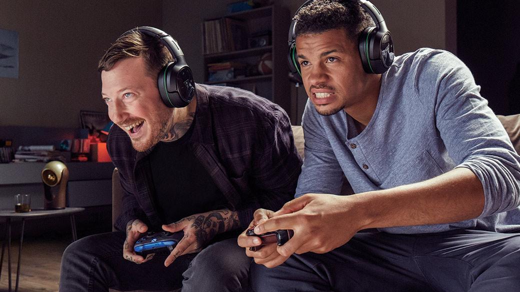 Xbox Live 標誌與背景中兩個在玩 Xbox 的男人