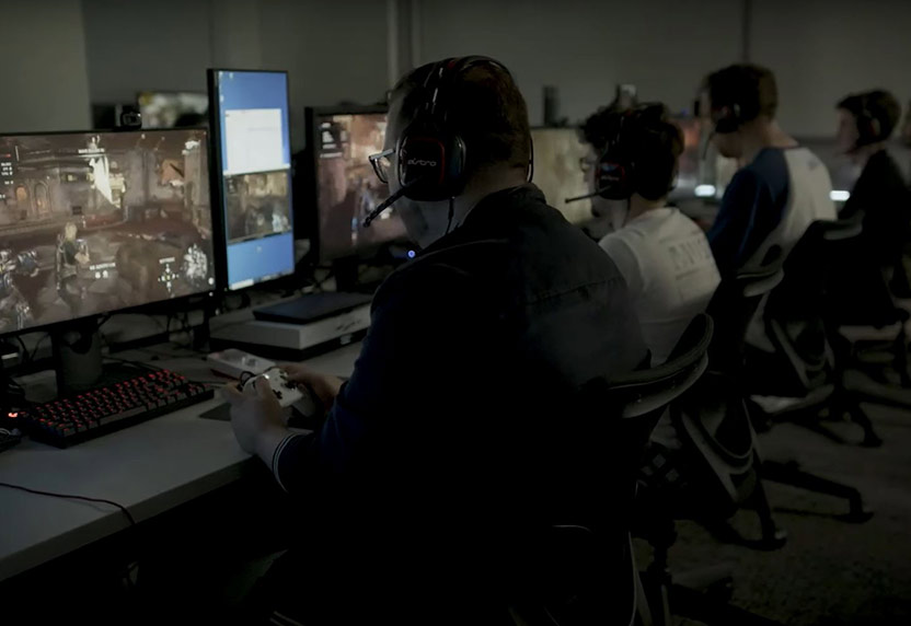 Image of 4 gamers playing Gears 5 Horde mode