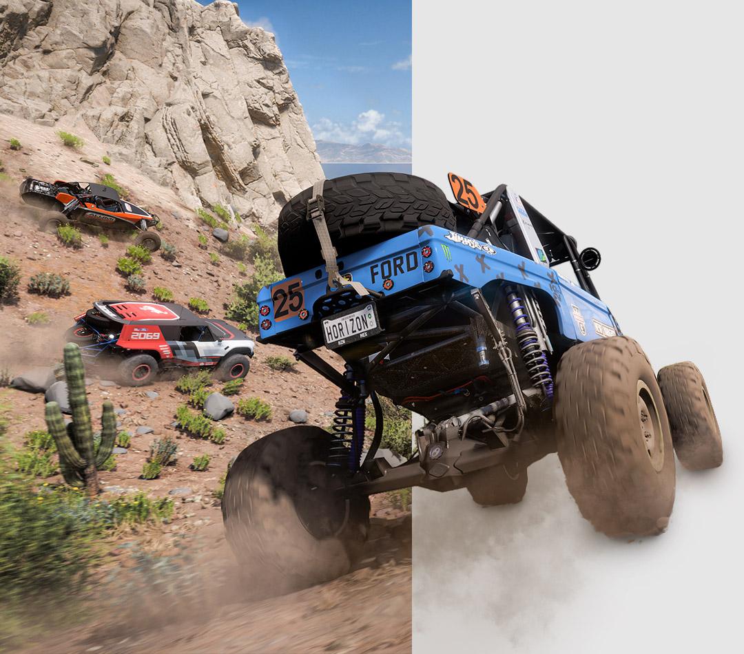 Forza Horizon 5, Drei Geländewagen rumpeln einen Hügel hinunter auf einen langen Strand zu. Steine und Kakteen bleiben in ihren Staubwolken zurück.