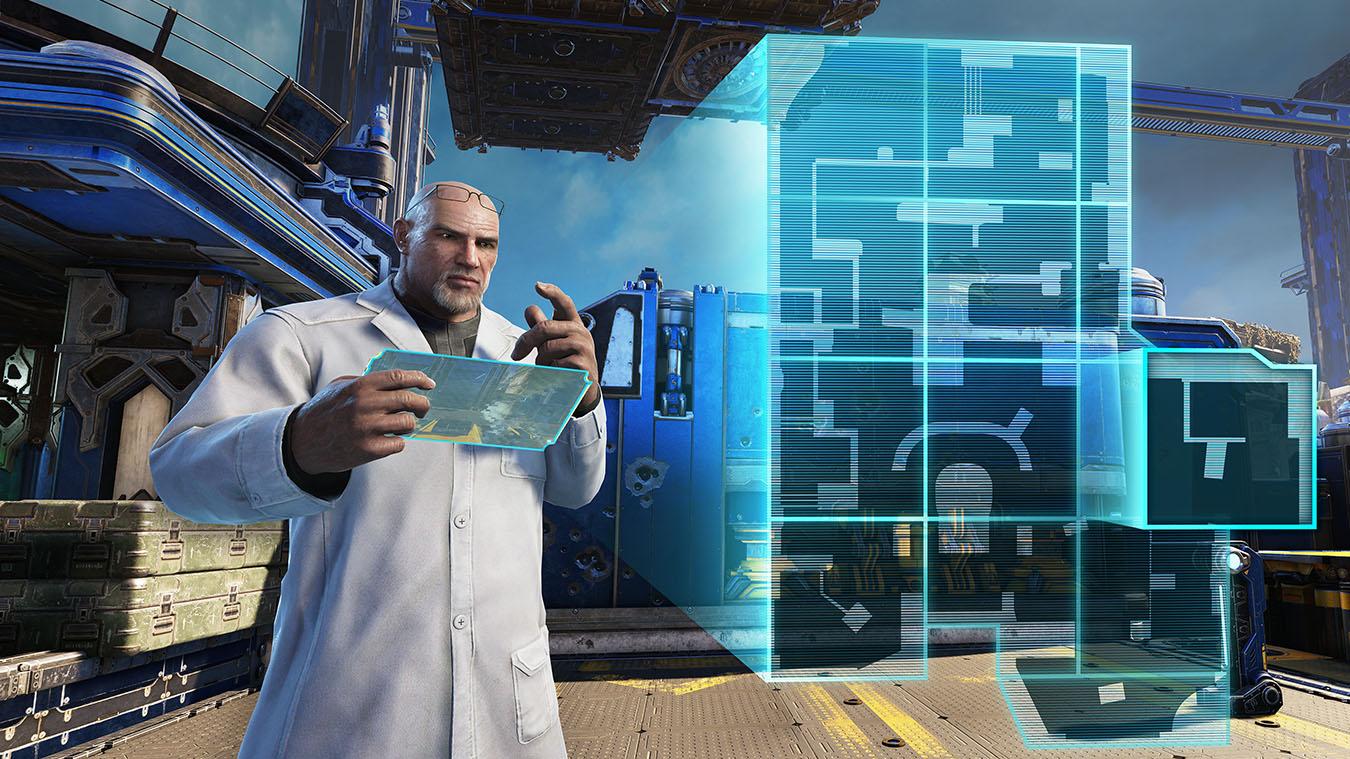 En mand i en hvis laboratoriedragt bruger en tablet til at lave en 2D-repræsentation af et kort