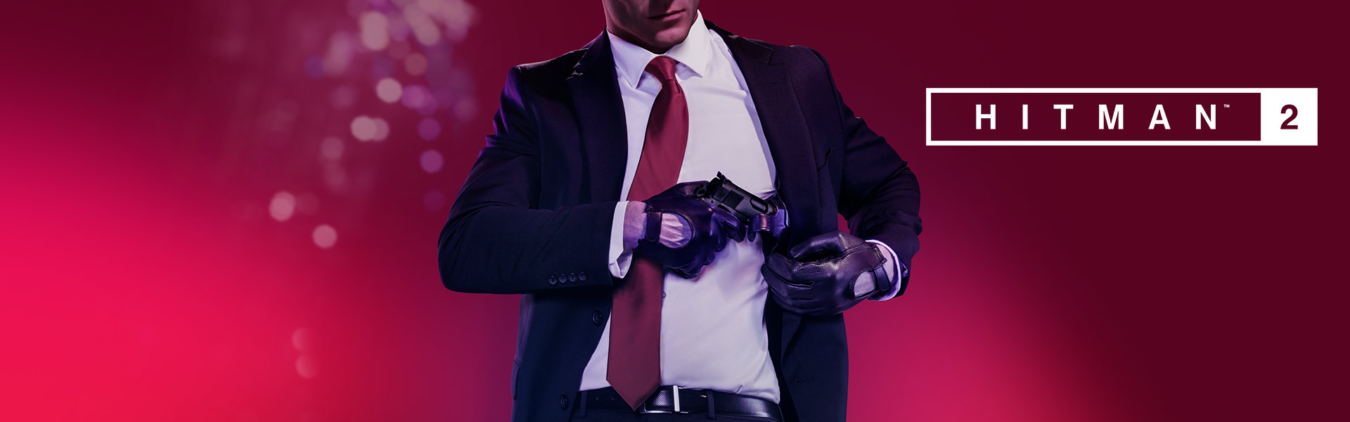 Hitman 2, o Agent 47 retira a pistola do coldre escondido no casaco