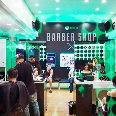 Menschen lassen sich im Xbox Barber Shop einen Haarschnitt verpassen
