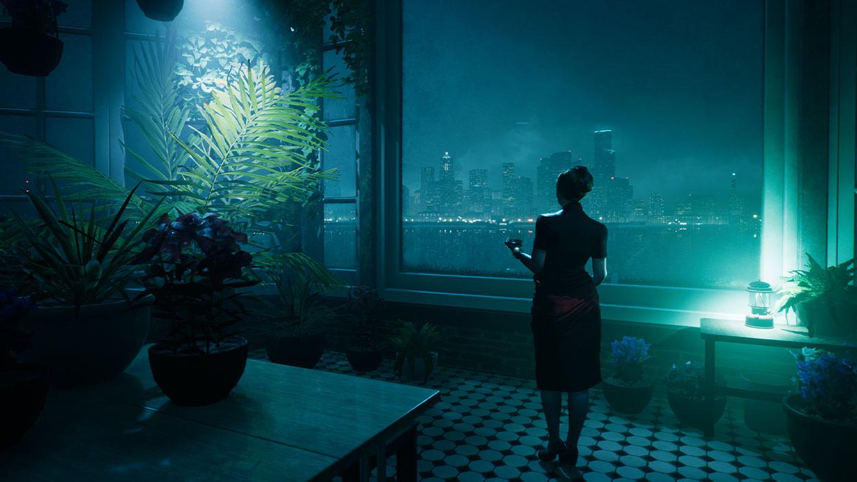 Egy nő egy díszes lakásban áll, és a város látképét nézi.