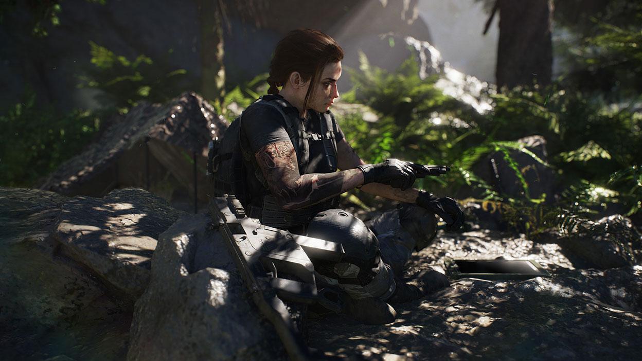 Uma personagem feminina com uma pistola em punho na selva