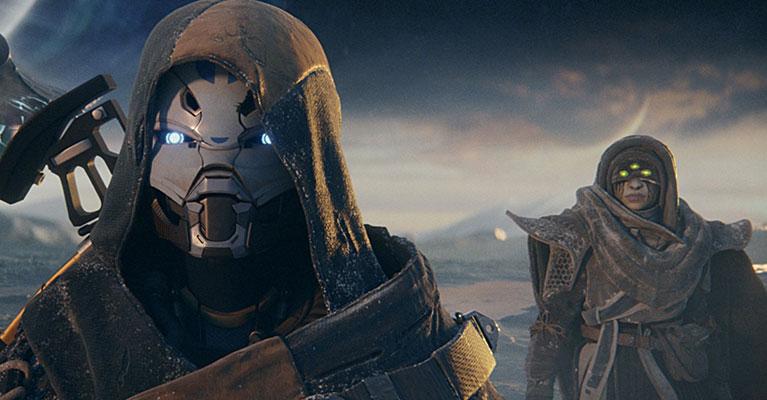 Eris Morn mira detrás de un guardián bajo un extenso cielo con estrellas y planetas.