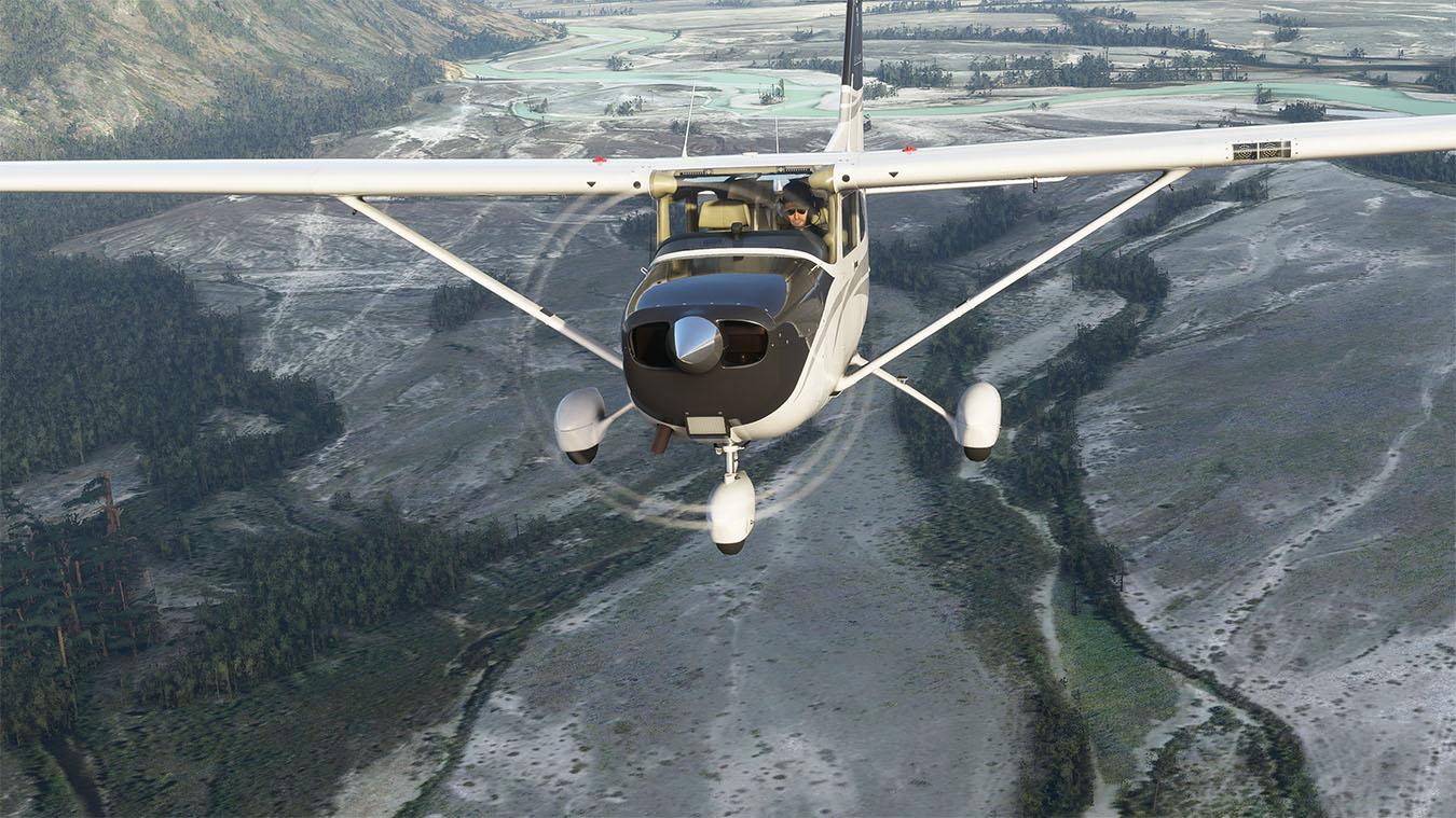 Avión de hélice de Microsoft Flight Simulator volando sobre árboles