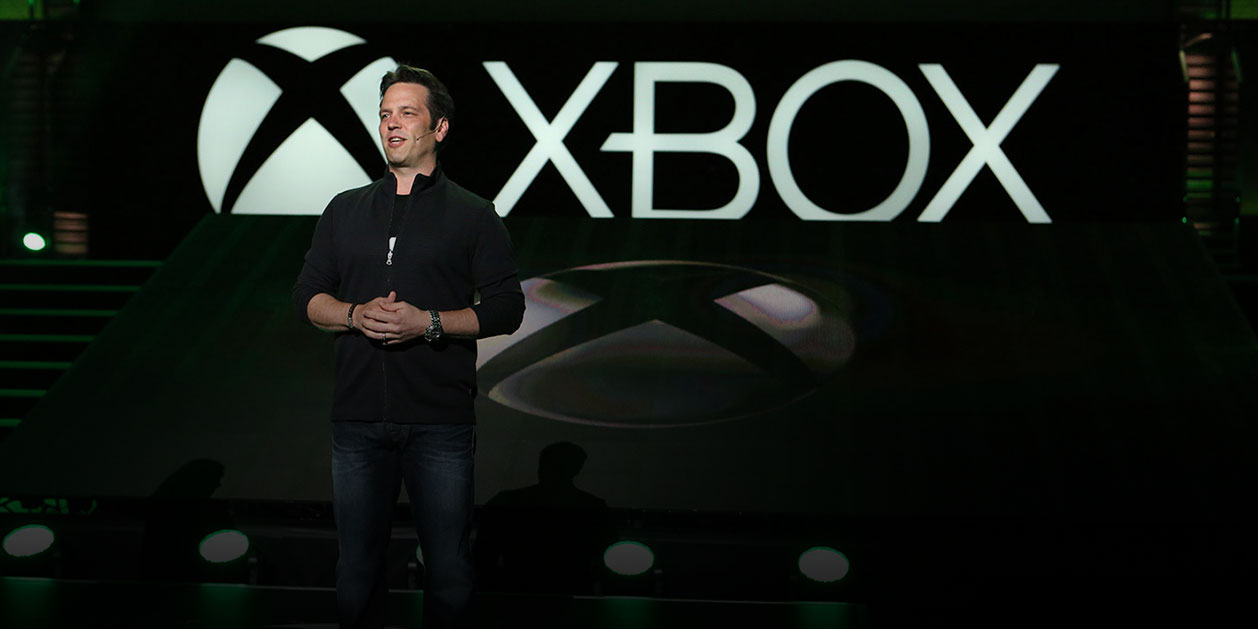 Phil Spencer, leder for Xbox, står på en scene foran Xbox-logoen