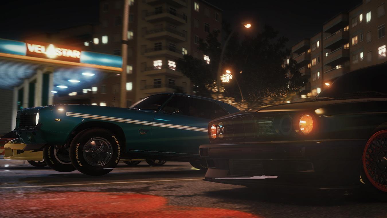 Fast and Furious Crossroads 遊戲場景中,夜晚城市的映襯下,賽車並排於馬路中央,蓄勢待發