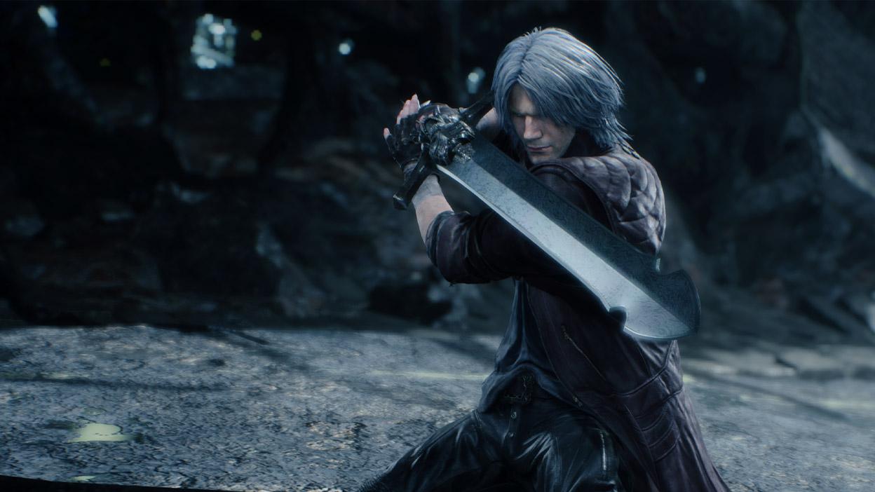 Dante se tient prêt, son épée à la main