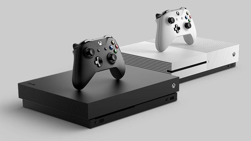 Widok z boku na konsolę Xbox One S i Xbox One X