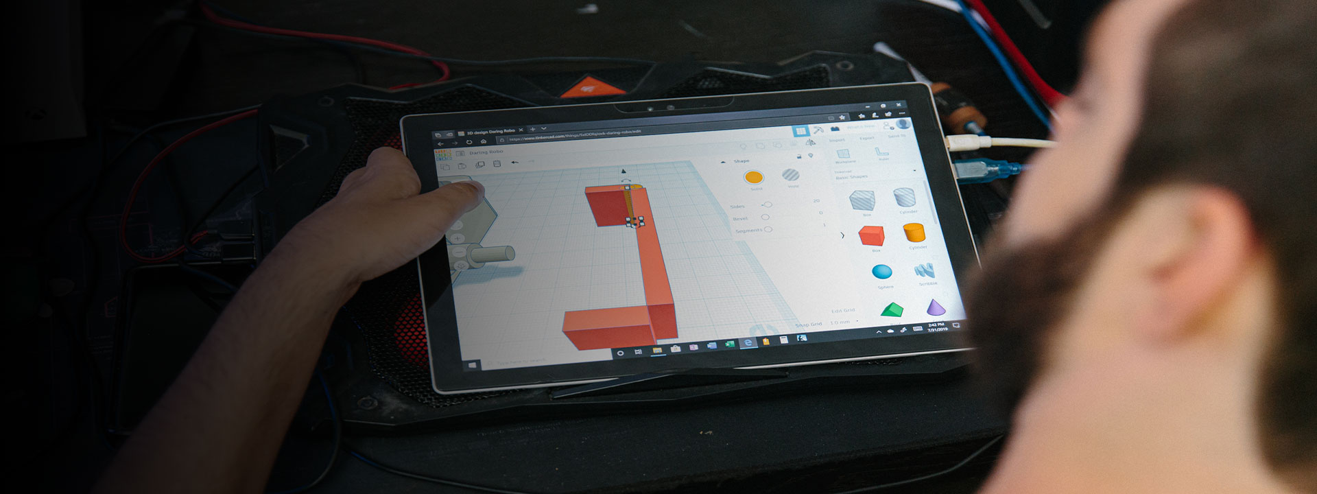 Spencer edita sus diseños en su dispositivo Surface.