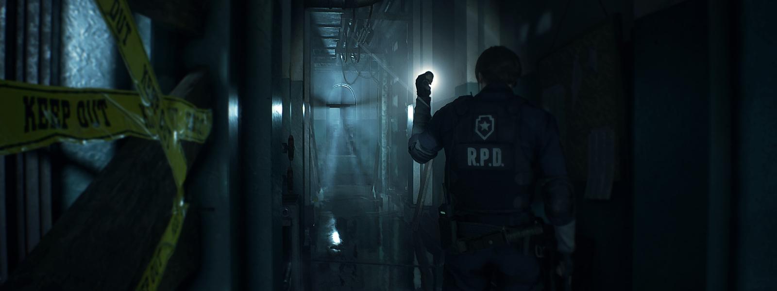 浸水した廊下を懐中電灯で照らし出すレオン・ケネディの背面