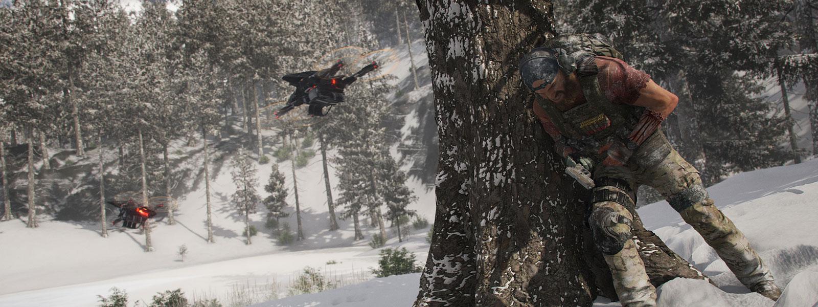 Personage in militaire uitrusting dat zich verschuilt achter een boom, met twee drones in een besneeuwd landschap