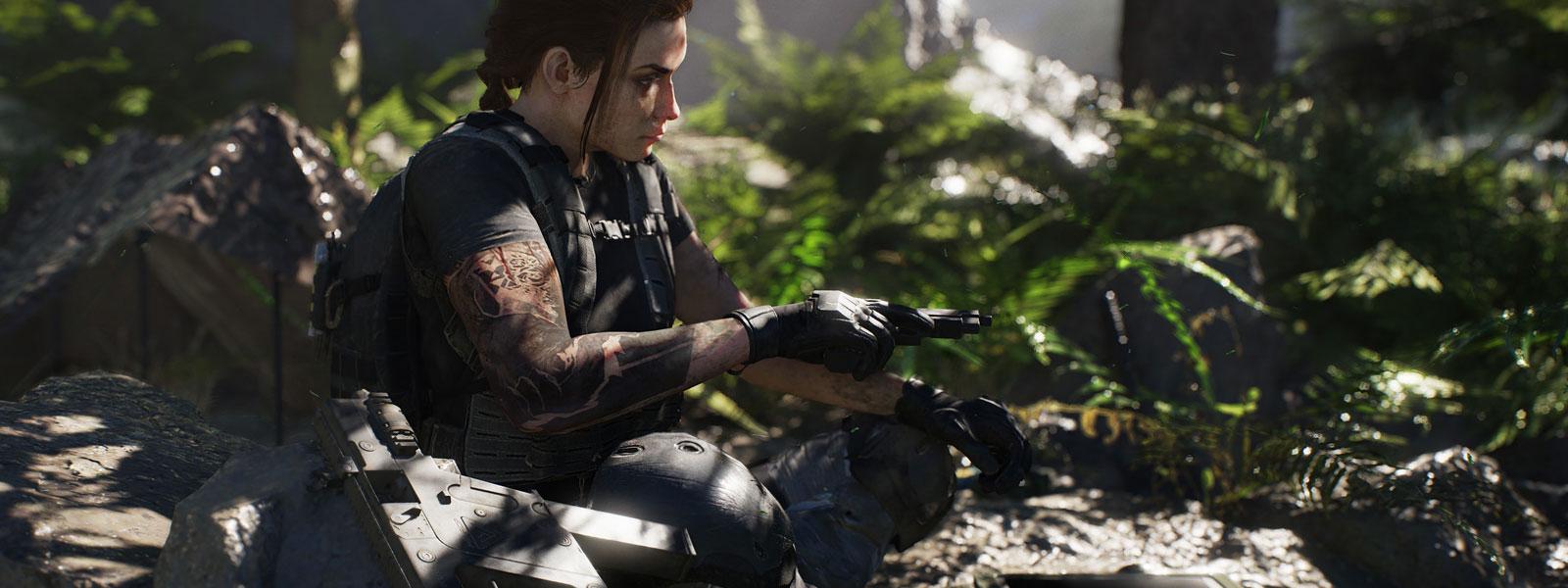 Żeńska postać z pistoletem w ręce, w dżungli