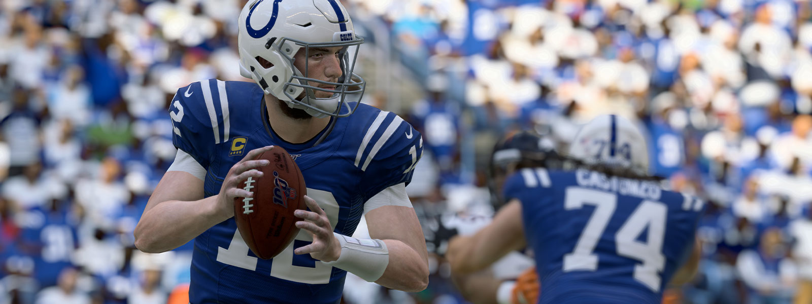Quarterback do Indianapolis, Colts Andrew Luck, com bola de futebol