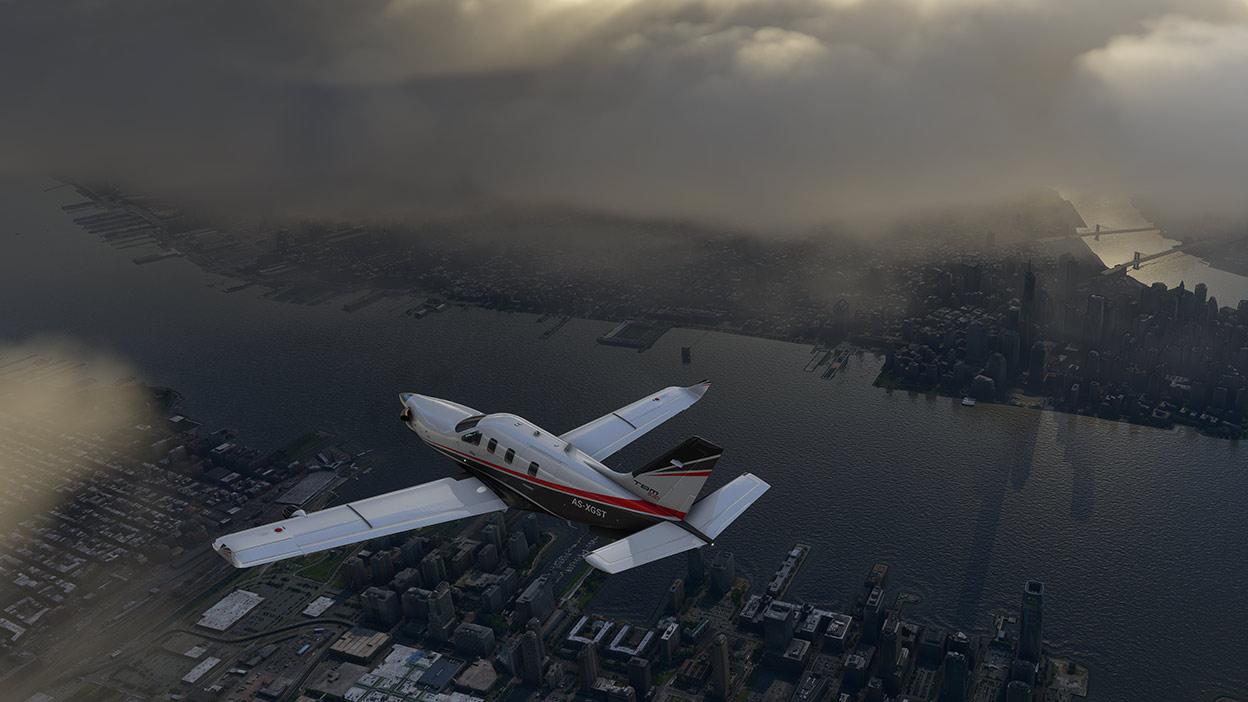 Flugzeug vom Microsoft Flight Simulator fliegt unter Wolken über einer Stadt