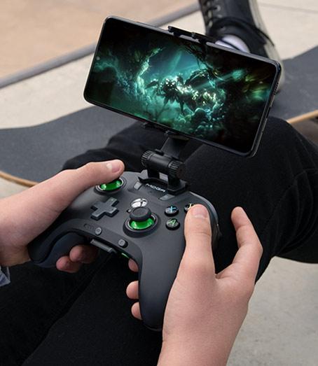 Kontroler MOGA XP5-X Plus z funkcją Bluetooth i zamocowanym telefonem z uruchomioną grą