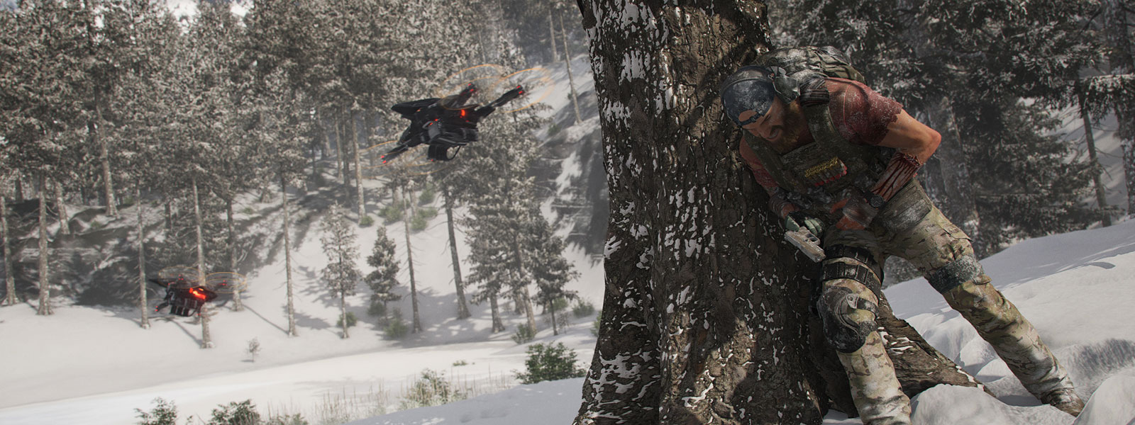 Charakter in militärischer Ausrüstung, der sich hinter einem Baum in einer verschneiten Landschaft mit zwei Drohnen versteckt