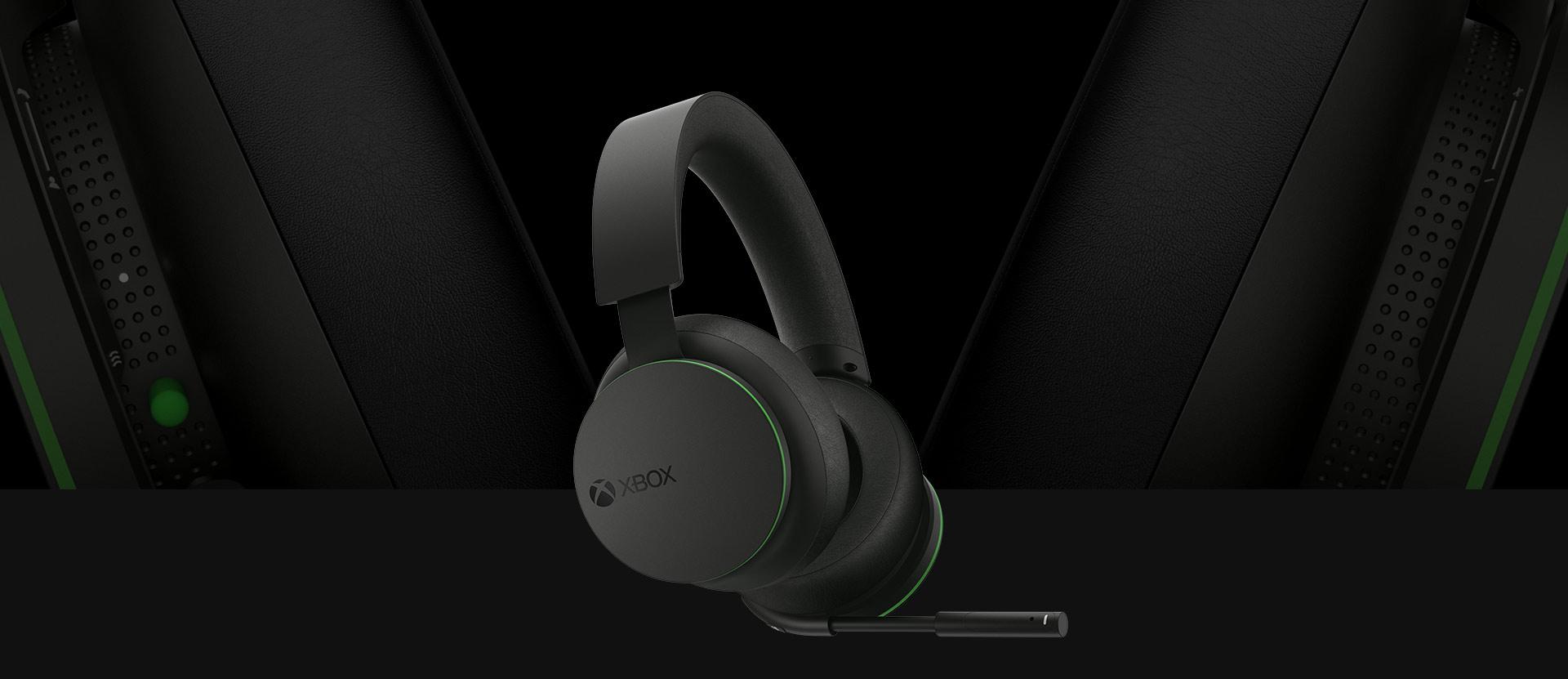 Vista frontal en ángulo de los Audifonos inalámbricos Xbox. Se muestra una vista detallada más grande de los auriculares detrás de los audifonos.