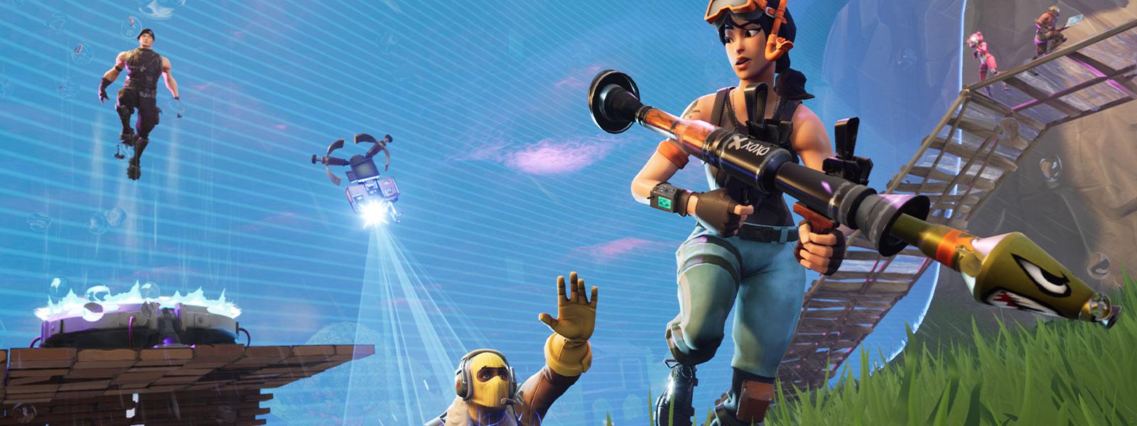 Un personaggio con un bazooka fugge da un uomo semidisintegrato con una maschera da sci gialla