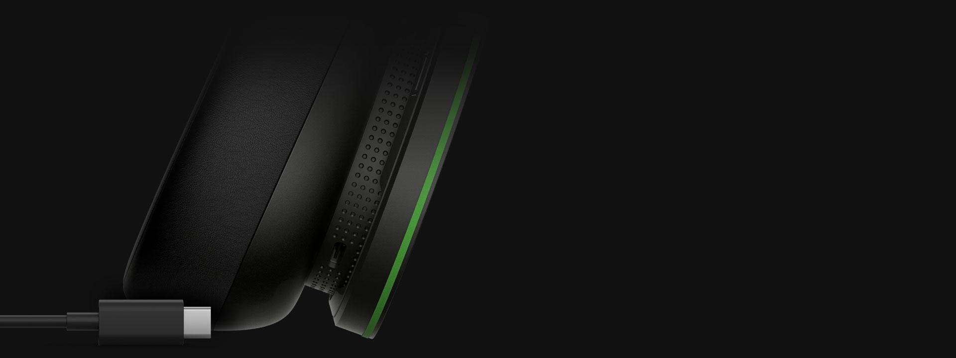 Primer plano de un cable USB-C con el puerto USB-C de los Audifonos inalámbricos Xbox, que indica que la batería interna se puede recargar con un cable USB-C.