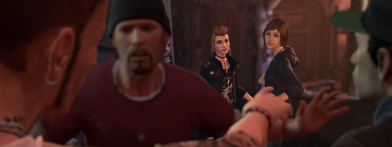 Chloe 和 Rachel,以及前景擋住人群的保全人員